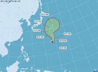 央氣象局表示,位於關島北方海面的熱帶性低氣壓,已於今(28)日下午2點發展為今年第15號颱風珊瑚,目前日本氣象廳與台灣中央氣象局,均預測珊瑚颱風未來將朝北往日本東方海面移動,對台灣天氣不會直接影響。(圖/中央氣象局)