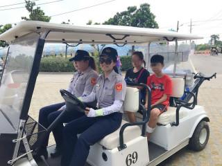 男童跌落水溝,大園分局巡官洪惠敏(右)、警員許家甄並開著高爾夫球車,護送他到救護站進行消毒包紮。