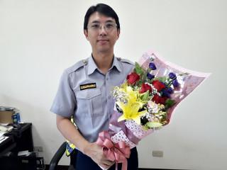 桃警交通組長梁仲銘與傳教士合力助人  女駕駛PO網感謝並致贈鮮花