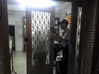 拉近與民眾的距離 熱心員警幫助修繕紗門