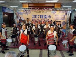 「2017桃園市原住民族國際音樂節」記者會中,原鄉的介壽國中原民學生進行鼓隊表演。