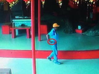 在土地公廟偷手機被監視器拍到。林重鎣翻攝