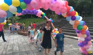 學校溫馨的安排親子過成長獨立橋、過聰明三門、敲響智慧鑼等活動。〈記者吳素珍攝〉