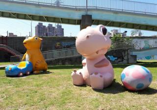 粉紅可愛龍加入華中橋下的恐龍園區。(圖/記者黃村杉攝)