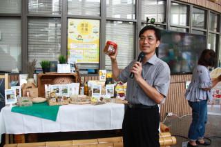 水保局南投分局長陳榮俊推薦農萊市集都是優質特色產品。(記者扶小萍攝)