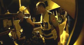 中壢分局仁愛派出所員警,查獲張姓毒品通緝犯,持有二級毒品安非他命2小包、吸食器1組,移送法辦。