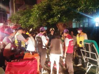 大溪仁友愛心家園發生火警,消防人員衝入火場救人,同時疏散院生,所幸沒有發生重大人員傷亡與財物損失。(圖/記者陳寶印攝)
