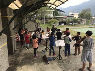 親愛樂團學童克服艱難學習音樂。(親愛愛樂提供)