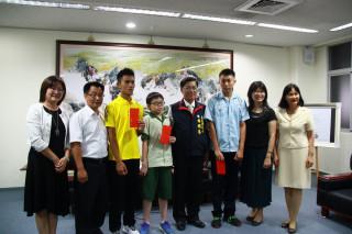 林明溱接見獲總統獎的同學予以嘉勉。(記者扶小萍攝)