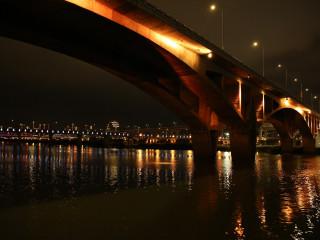 夜航沿途可欣賞新店溪河岸美景及華中橋、華江橋、萬板橋、華翠橋、光復橋的光雕夜景。(圖/交通局提供)