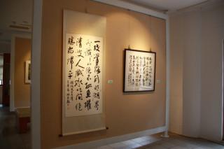 文化局2日起自藝術家資料館為起點到校園巡迴展。(記者扶小萍攝)