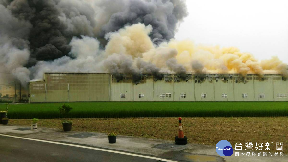 '彰化和美五金大賣場倉庫發生火警 濃煙蔽天百坪廠房付之一炬