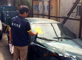 民眾如有發現無牌廢棄車輛占用道路的情形,皆可上網檢舉。