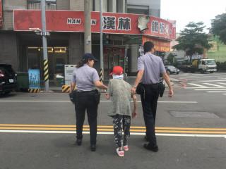 警員扶迷路老婦人。林重鎣攝