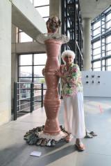 奈‧巴尼爾(Nel Bannier)與《獻給戰爭時期的兒童紀念碑》。(圖/陶博館提供)