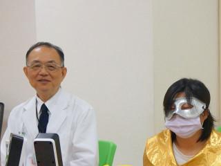 安南醫院顧余堅忍醫師(左)與F小姐。