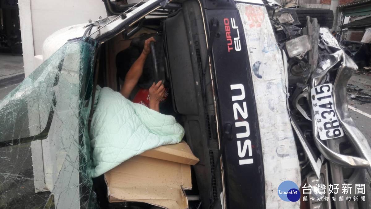 彰化田中中南路發生貨車衝撞 力道強勁駕駛卡在車內