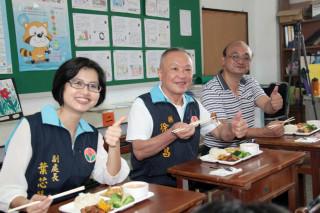 徐耀昌與學童共餐 期勉各校落實「4章1Q」食安把關