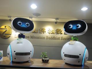 由華碩電腦首創的台灣第一台智慧家庭機器人Zenbo,在靈鷲山第24屆「水陸空大法會」現場擔任愛地球與愛和平的大使。(圖片由靈鷲山佛教教團提供)