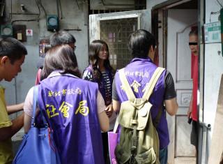 新北市社會局救助科人員和板橋社福中心社工到板橋大觀社區發放救助金。(圖/記者黃村杉攝)
