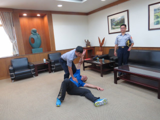 張嘉恩接受縣長表揚並示範柔道技巧。(記者許素蘭/攝)
