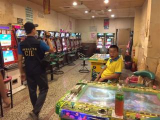 杜絕賭博電玩歪風 東港警掃蕩大型賭博性電玩店