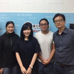 主持人張鐵志(右)訪問主編陳頤華(左2)、發行人鍾昕翰(右2_)、攝影蔡昀儒(左)