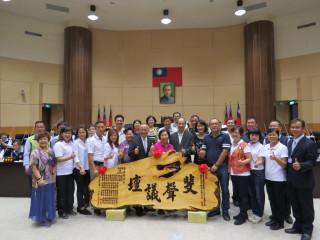 林寶珠議員任民代卅一年獲內政部表揚,議員、縣長昨致匾恭賀。(記者許素蘭/攝)