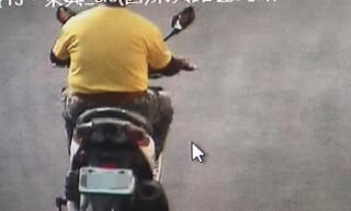 莊0星(竊盜),涉嫌敲破停放車輛玻璃竊取車內包包逃逸。