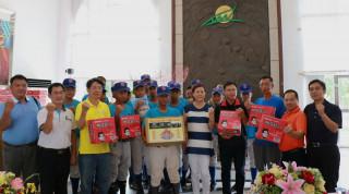 南投市公所贈物資予中興棒球隊為球員加油。