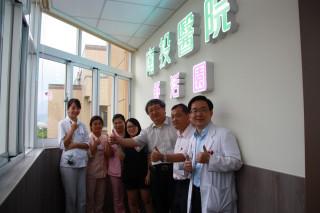 南投醫院9月壽星先享舒活園。(記者扶小萍攝)