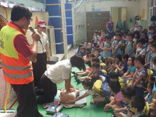 基市消防局救護宣導日 教導孩童學習民眾版心肺復甦術