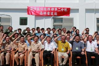 台北市長柯文哲9日持續進行澎湖勞軍行程,上午前往海軍西嶼雷達站,受到當地的官兵的熱烈歡迎。(圖/台北市政府提供)