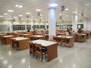 三重區有22座市民活動中心設有多功能閱覽室,提供書報雜誌及K書座位,除有免費冷氣,更可無線上網。(圖/記者黃村杉攝)