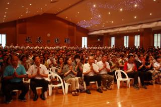 數百地方各界人士及信眾參加慈濟南投聯絡處七月吉祥月祈福會。(記者扶小萍攝)