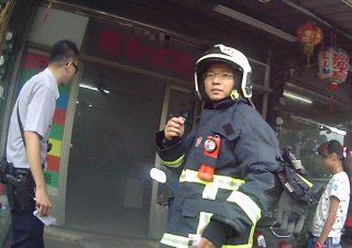 民眾廚房煲湯接聽電話匆忙外出致濃煙四起,警消即刻趕赴救援