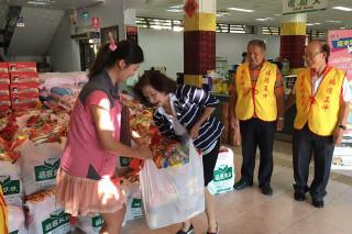 羅東中山公園福德廟將普渡供品轉化成愛心物資。(圖/羅東鎮公所提供)