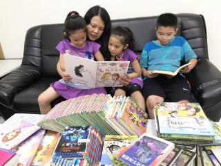 張媽媽一家共辦7張借書證,用行動支持孩子的閱讀。(圖/記者黃村杉攝)