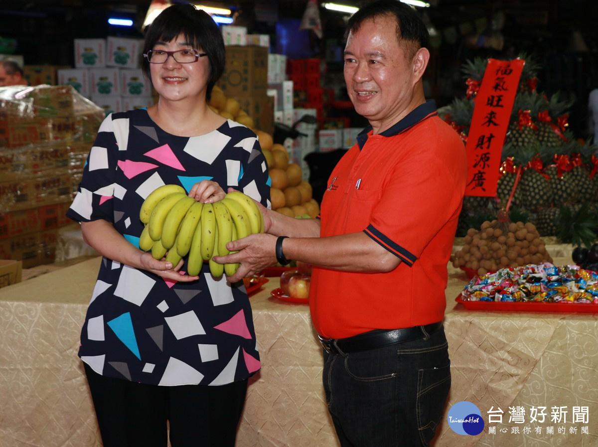 三重果菜市場捐普渡水果 提供弱勢老人及兒少共餐享用