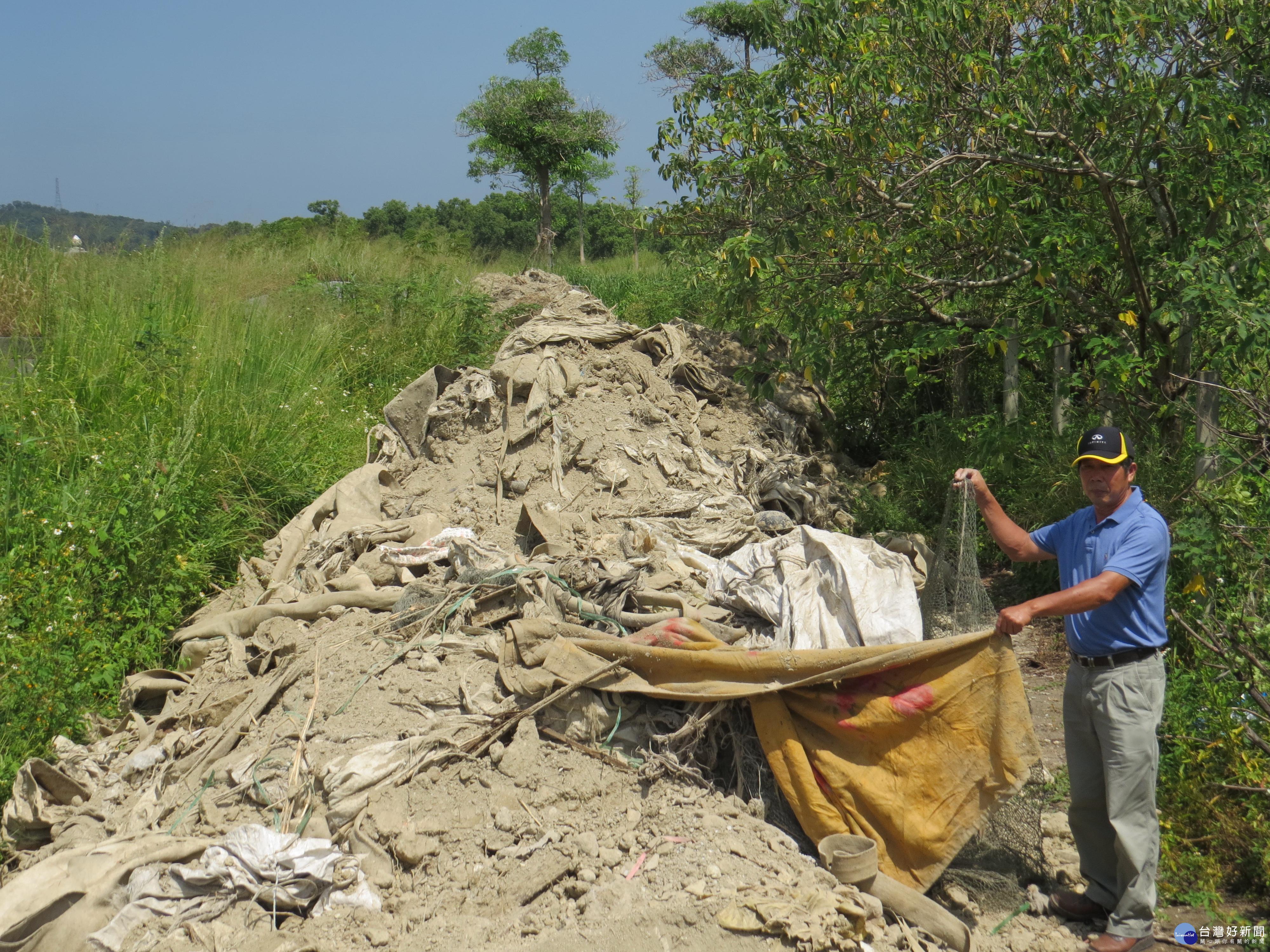 苗市公墓遭不肖人士傾倒廢棄物 警方呼籲民眾共同監督