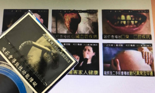 現行的菸品(前)為較溫馨,背後為恐怖警示圖文因此(2014年)被換掉。(圖/翻攝自2012臺灣菸害防制年報)