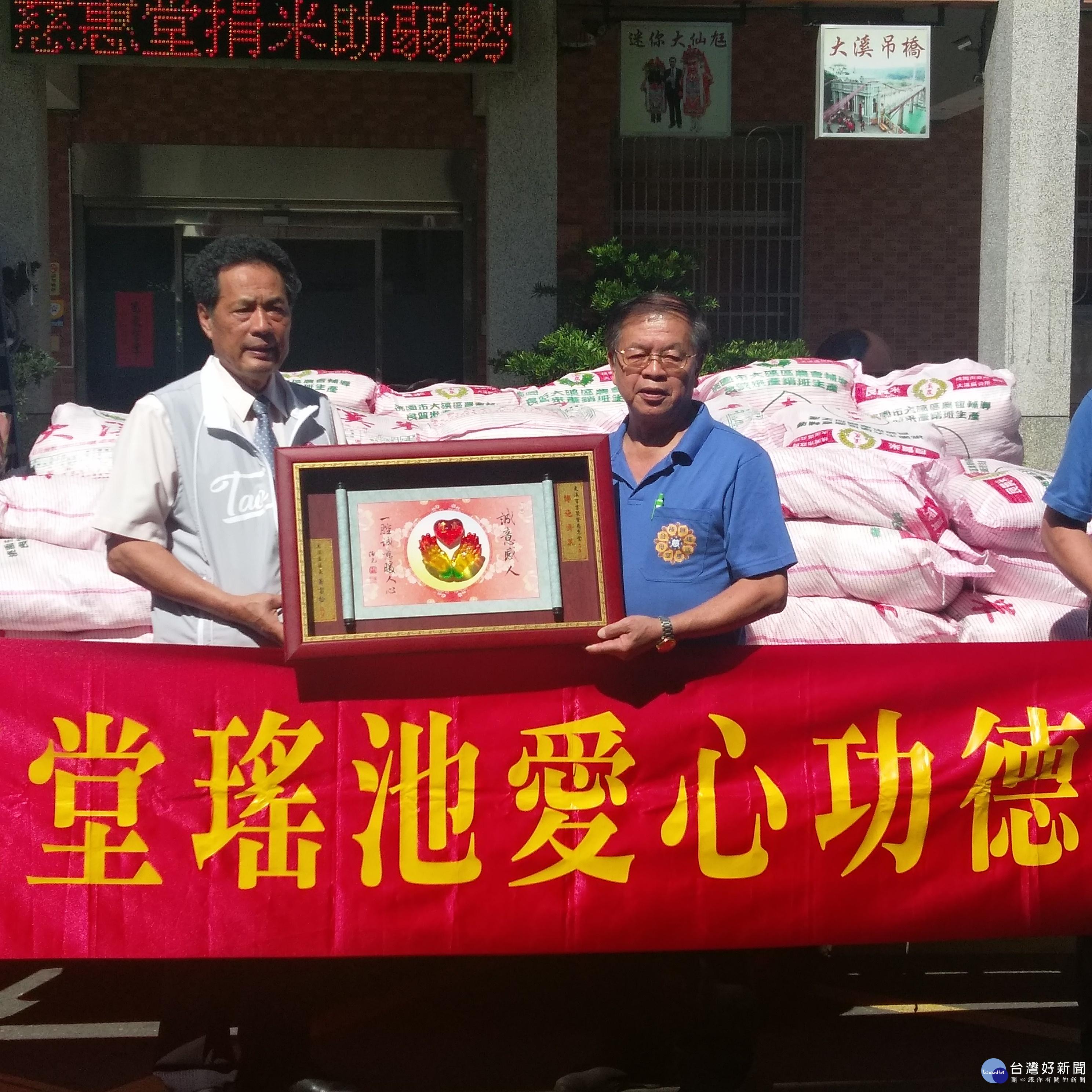 幫助弱勢團體 大溪百吉聚賢慈惠堂贈送2500台斤愛心白米