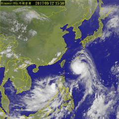 中央氣象局在12日下午發布的泰利颱風海上颱風警報顯示,泰利颱風中心不會登陸,可能從台灣東北部近海通過北轉,但氣象局指出泰利颱風強度仍是中颱以上等級,暴風圈仍會影響北台灣,迎風面的北部和東半部從13日下午開始會有明顯的風雨,民眾要做好防颱措施。 (圖/中央氣象局)