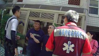 男子家中情緒失控 熱心警消與社工員到場緊急協助護送就醫