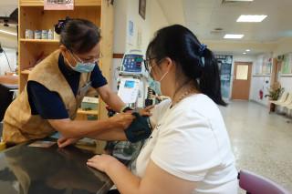 腸胃不適查不到病因,李翔豐醫師向她建議當志工不藥而癒