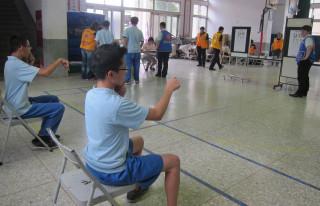 松柏嶺獅子會關懷學子與寶島公司共同為學子進行視力篩檢。(記者扶小萍攝)