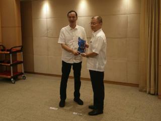 警察局長胡木源於市政會議,將榮獲內政部評定特優殊榮獎牌呈獻給市長朱立倫。(圖/記者黃村杉攝)