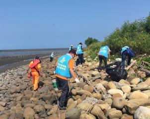 雲林地檢署辦理「保護海洋守護未來」淨灘活動, 引領社會勞動人反思、摒除不良習性,期能達到「心淨界」。(記者陳昭宗拍攝)