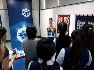 吳汶錡教授向水商師生導覽解說纖維藝術創作。