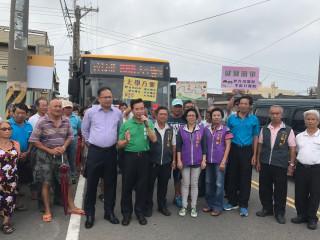 市議員吳敏濟、交通局長王義川,昨日在大安區南埔里,宣佈699線公車  十五日正式行駛,地方民眾高興叫好。(記者陳榮昌攝)